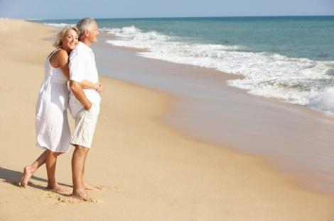 Des retraités sur une plage