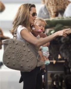 Angelina Jolie et son sac en crochet